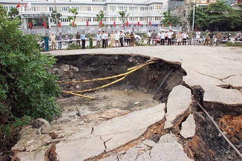 Quảng Ninh: Hố tử thần xuất hiện giữa trung tâm thành phố - Ảnh 1