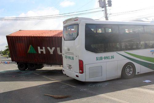 Xe khách va chạm xe container, 17 người thương vong - Ảnh 1