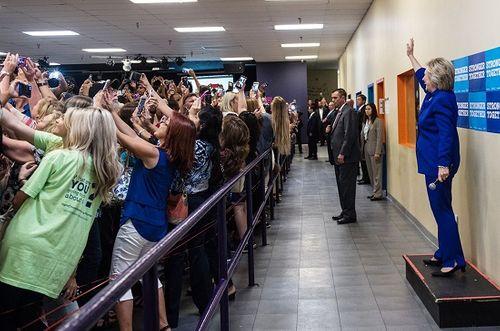 Đồng loạt cả đám đông quay lưng với bà Hillary Clinton - Ảnh 1