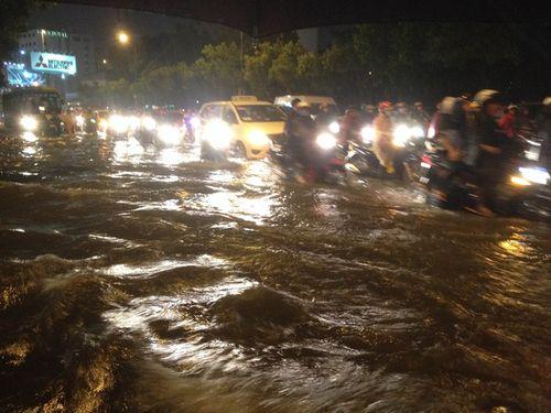 TP HCM: Mưa lớn bất chợt, đường phố biến thành sông - Ảnh 1