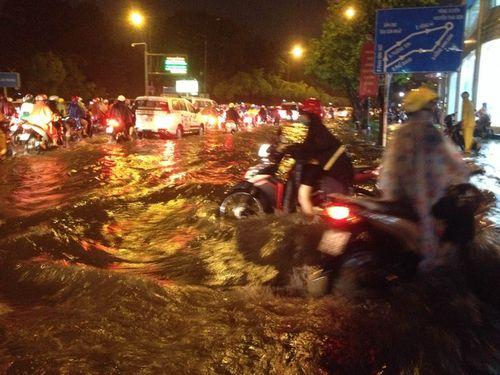 TP HCM: Mưa lớn bất chợt, đường phố biến thành sông - Ảnh 2