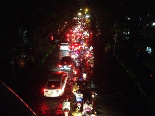 TP HCM: Mưa lớn bất chợt, đường phố biến thành sông - Ảnh 3