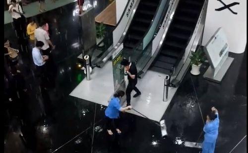 Mưa lớn, nước đổ xối xả trong tòa nhà Bitexco TP.HCM - Ảnh 1
