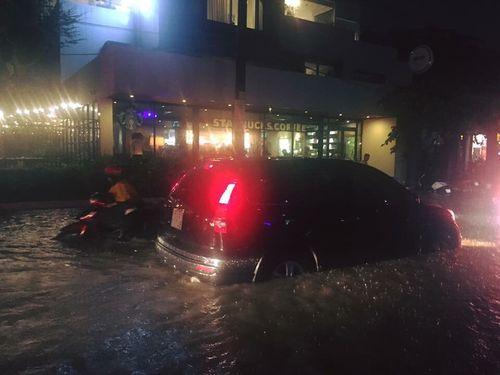 TP HCM: Mưa lớn bất chợt, đường phố biến thành sông - Ảnh 6