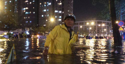 TP HCM: Mưa lớn bất chợt, đường phố biến thành sông - Ảnh 8