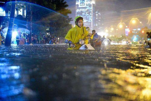 TP HCM: Mưa lớn bất chợt, đường phố biến thành sông - Ảnh 5
