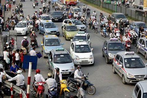 """Hà Nội """"ngạt thở"""" với 3.000 taxi ngoại tỉnh - Ảnh 1"""