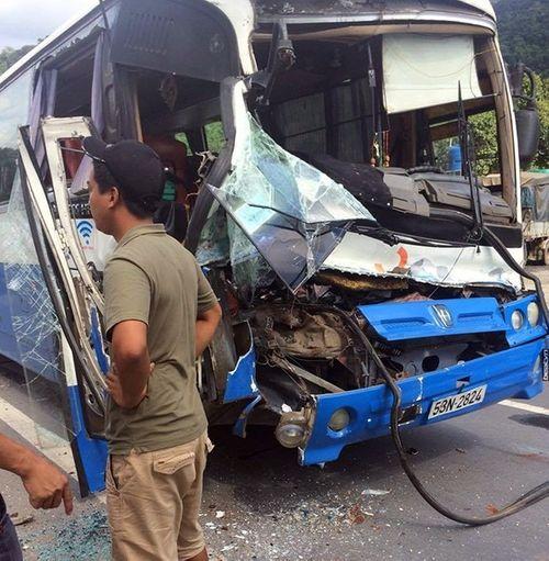 Xe tải dìu xe khách mất phanh đổ đèo, 30 hành khách thoát nạn - Ảnh 1