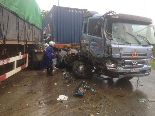 4 xe ô tô tai nạn liên hoàn, 6 người thương vong - Ảnh 1