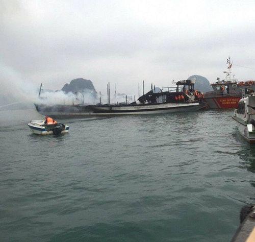 Quảng Ninh: Cháy tàu du lịch, hàng chục du khách chạy tán loạn - Ảnh 1