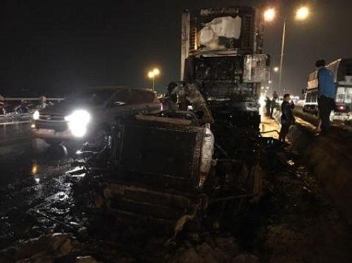 Xe container chở hoa quả bốc cháy dữ dội trên cầu Thanh Trì - Ảnh 1