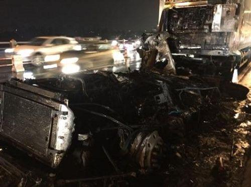 Xe container chở hoa quả bốc cháy dữ dội trên cầu Thanh Trì - Ảnh 2