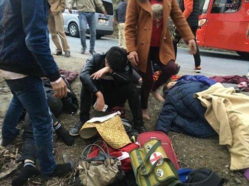 Xe khách rơi xuống vực ở Lào Cai, nhiều người bị thương - Ảnh 1