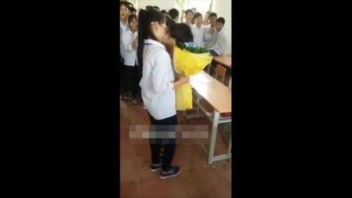 Ngày 20/10, học sinh tặng hoa và... hôn nhau ngay trong lớp - Ảnh 2