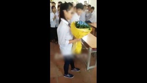 Ngày 20/10, học sinh tặng hoa và... hôn nhau ngay trong lớp - Ảnh 1