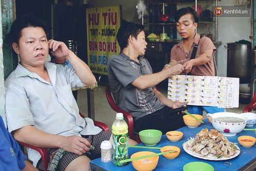 Chuyện tình đẹp như phim của cặp đôi tí hon bán vé số ở Sài Gòn - Ảnh 7