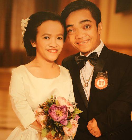 Chuyện tình đẹp như phim của cặp đôi tí hon bán vé số ở Sài Gòn - Ảnh 1