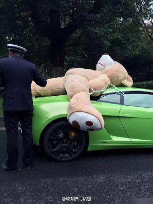 """Nam thanh niên chở gấu bông """"khủng"""" trên siêu xe bị cảnh sát chặn lại - Ảnh 3"""