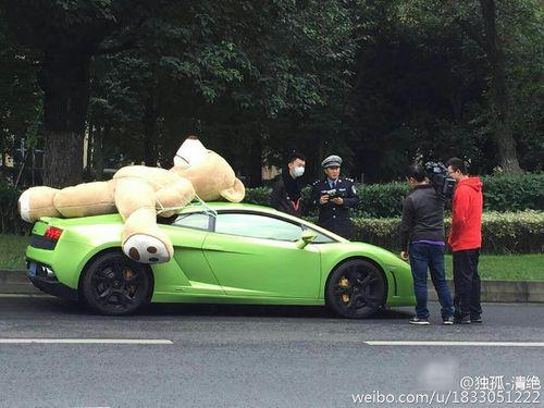 """Nam thanh niên chở gấu bông """"khủng"""" trên siêu xe bị cảnh sát chặn lại - Ảnh 1"""