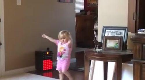 Bé gái nhảy và hát Jingle bell cực đáng yêu - Ảnh 1