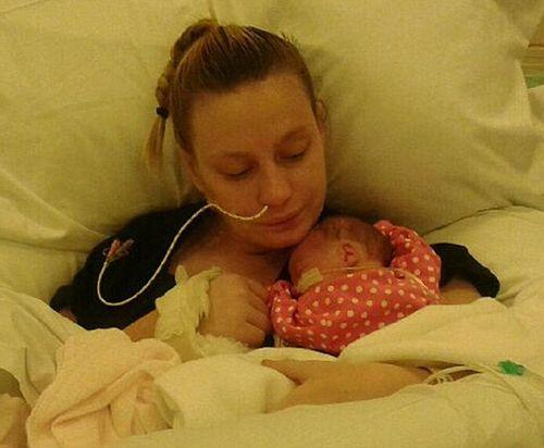 Kì diệu người mẹ sinh con khi đang hôn mê sâu - Ảnh 1