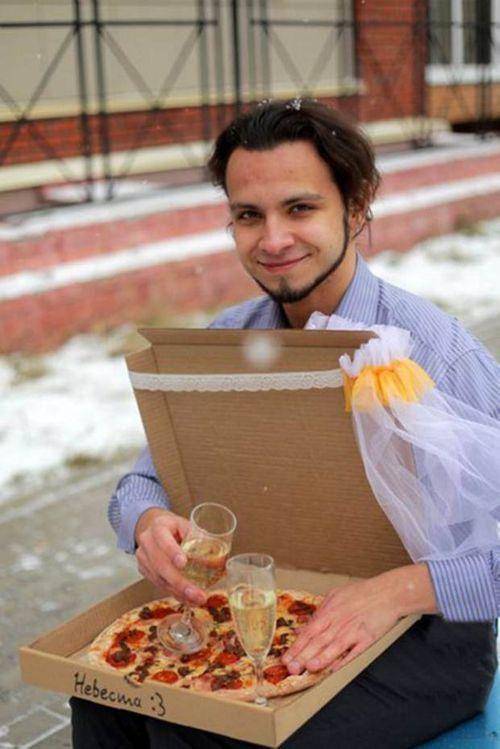 Kỳ lạ chàng trai làm đám cưới với chiếc bánh Pizza - Ảnh 2