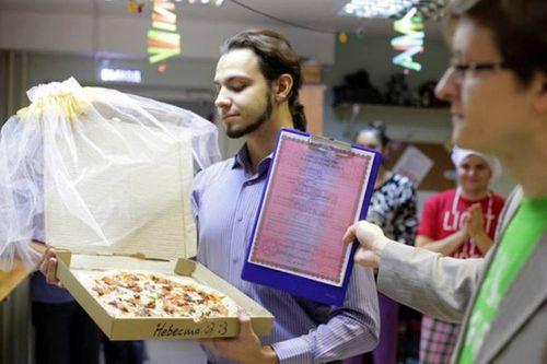 Kỳ lạ chàng trai làm đám cưới với chiếc bánh Pizza - Ảnh 1