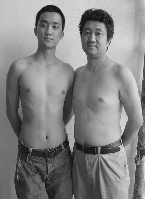 Bộ ảnh cha và con chụp cùng tư thế suốt 28 năm cho đến bức ảnh cuối cùng thì... - Ảnh 12