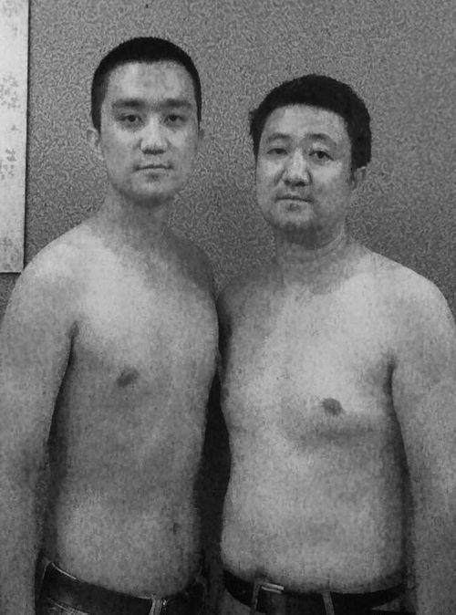 Bộ ảnh cha và con chụp cùng tư thế suốt 28 năm cho đến bức ảnh cuối cùng thì... - Ảnh 13