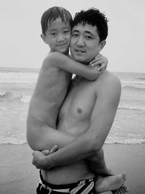 Bộ ảnh cha và con chụp cùng tư thế suốt 28 năm cho đến bức ảnh cuối cùng thì... - Ảnh 4