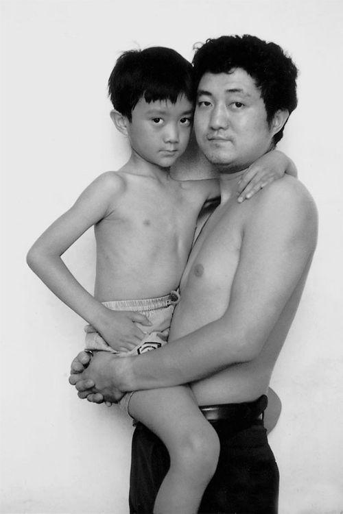 Bộ ảnh cha và con chụp cùng tư thế suốt 28 năm cho đến bức ảnh cuối cùng thì... - Ảnh 5