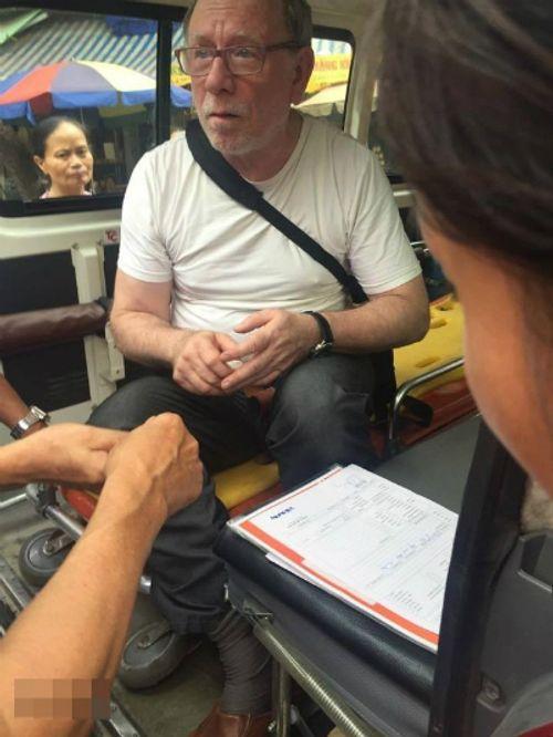 Xúc động cảnh người Hà Nội cứu giúp khách Tây ngất giữa đường   - Ảnh 3