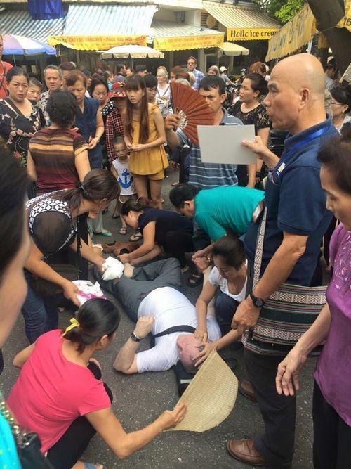 Xúc động cảnh người Hà Nội cứu giúp khách Tây ngất giữa đường   - Ảnh 1