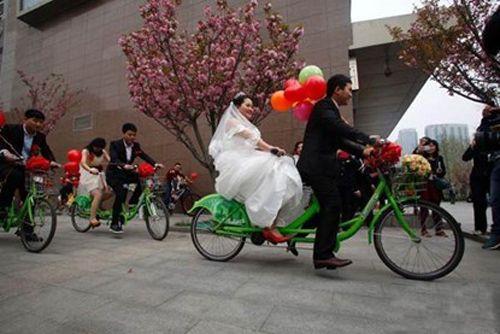 Xôn xao màn rước dâu bằng xe 'động cơ gân' - Ảnh 4