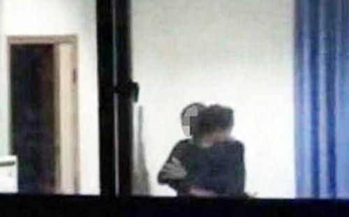 Giáo viên bị đuổi việc vì cưỡng hôn nữ sinh - Ảnh 1