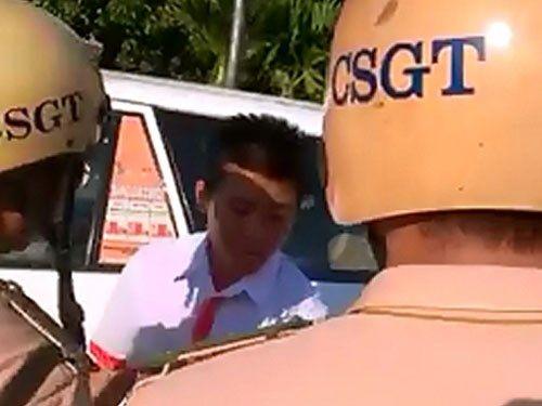 Làm rõ vụ CSGT giật điện thoại của tài xế taxi - Ảnh 1