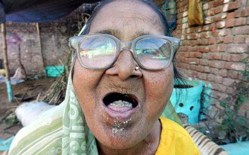 Lạ kỳ cụ bà 92 tuổi ăn 1kg cát mỗi ngày - Ảnh 1