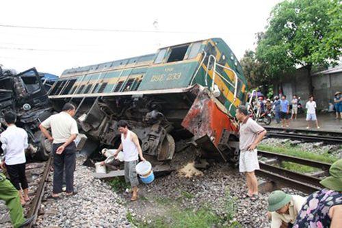 Va chạm nghiêm trọng giữa tàu hỏa và xe tải - Ảnh 1