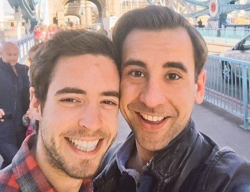 Chuyện tình đồng tính của chàng đạo diễn nhiễm HIV - Ảnh 1