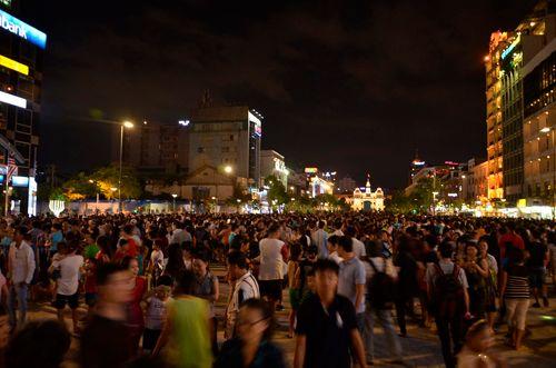Táo tợn giật dây chuyền gần 20 triệu trên phố đi bộ Nguyễn Huệ - Ảnh 1