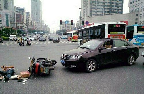 Chàng trai bị xe tông ngã nhưng vẫn mải mê dùng điện thoại - Ảnh 2