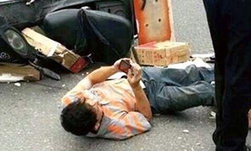 Chàng trai bị xe tông ngã nhưng vẫn mải mê dùng điện thoại - Ảnh 3