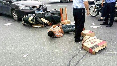 Chàng trai bị xe tông ngã nhưng vẫn mải mê dùng điện thoại - Ảnh 1