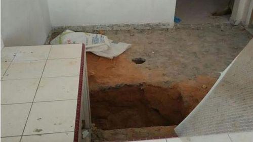 Hoảng hốt phát hiện thi thể bé gái dưới sàn nhà bếp - Ảnh 1