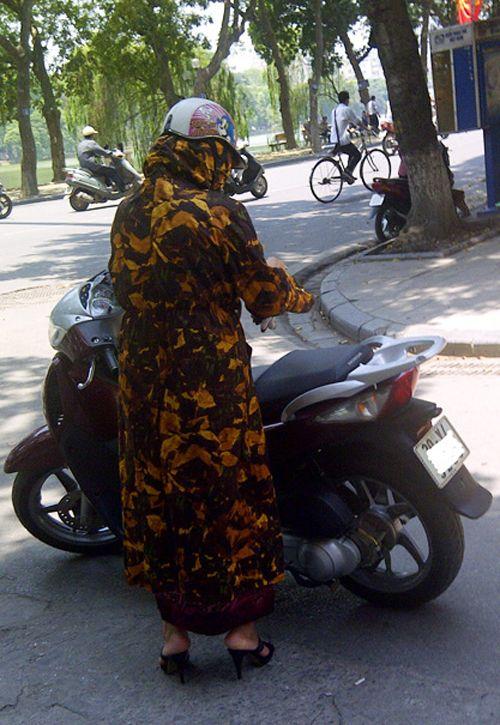 Khác biệt thú vị giữa áo chống nắng ở Hà Nội và TP. HCM - Ảnh 1