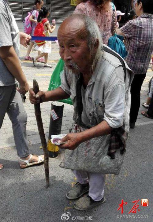 Cụ ông 103 tuổi đi ăn mày để kiếm tiền giúp con trai - Ảnh 1