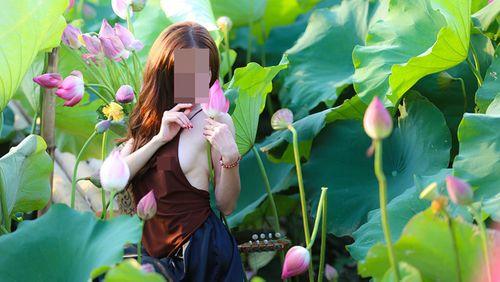 """Đỏ mặt với hình ảnh thiếu nữ """"thả rông"""" vòng 1 bên hoa sen - Ảnh 8"""