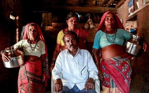 Hạn hán ở Ấn Độ: Cưới thêm vợ để chuyên xếp hàng gánh nước - Ảnh 1