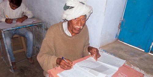 Cụ ông 77 tuổi quyết tâm thi vào lớp 10 để lấy vợ - Ảnh 1