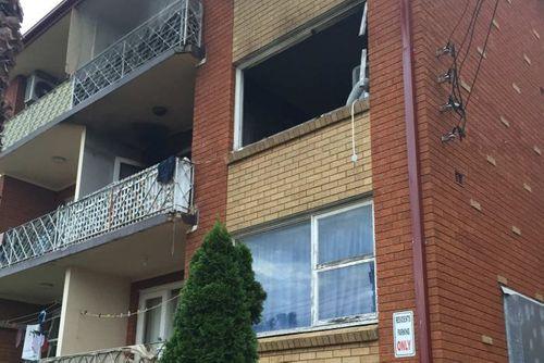 Cháy nhà, mẹ thả bé sơ sinh từ tầng 2 xuống - Ảnh 1